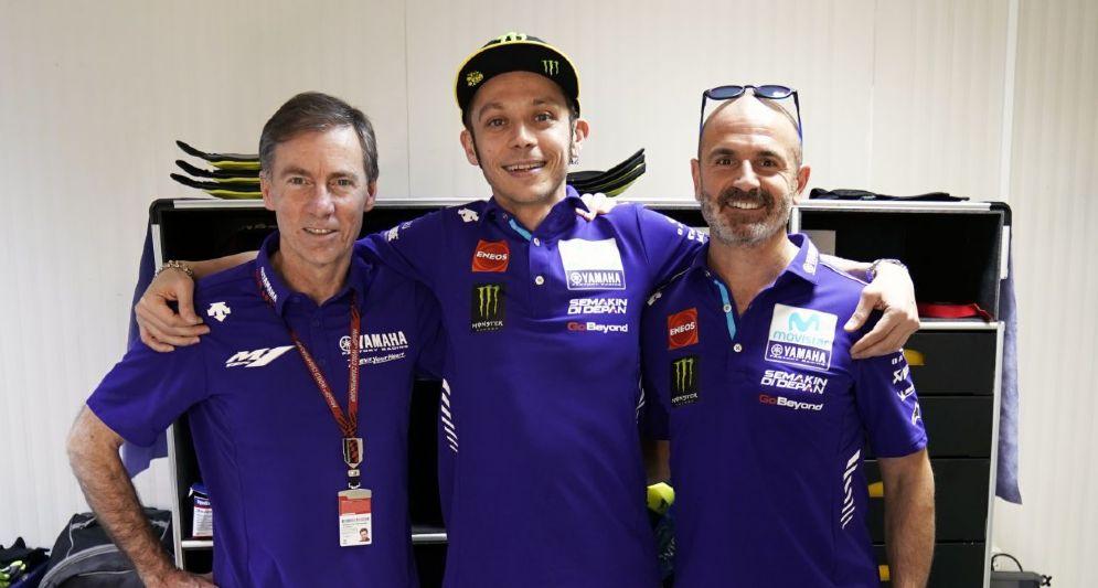 Valentino Rossi abbraccia il team principal Yamaha, Lin Jarvis, e il team manager, Maio Meregalli