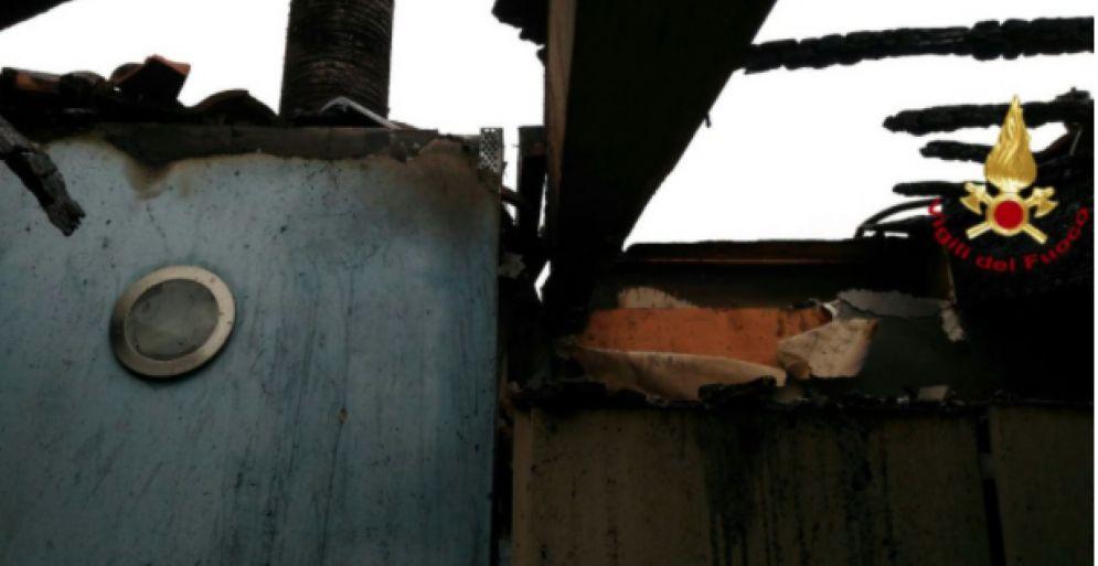 Il tetto danneggiato dalle fiamme