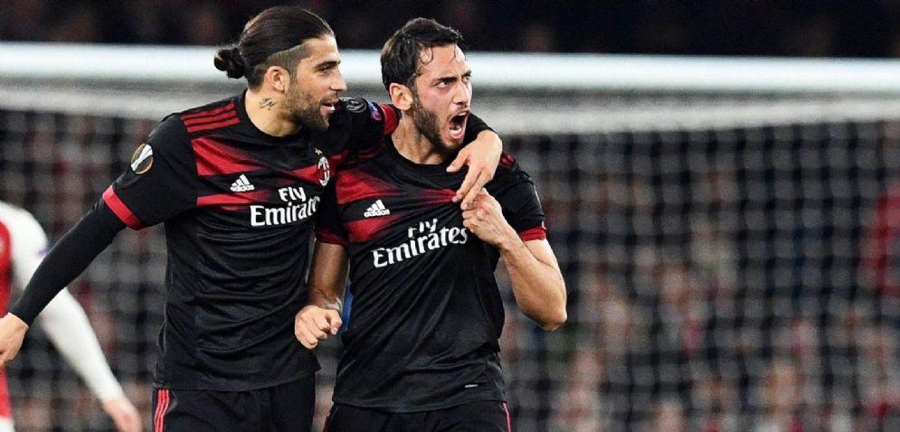 Rodriguez e Calhanoglu festeggiano dopo il gol del turco all'Arsenal