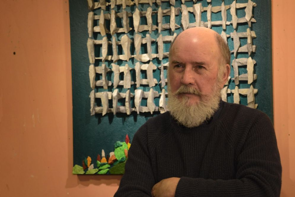 L'Artista Enzo Valentinuz e una sua opera esposta alla mostra