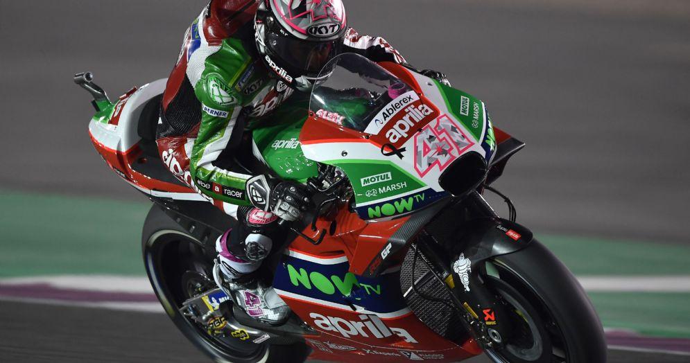Aleix Espargaro in sella alla Aprilia durante i test in Qatar