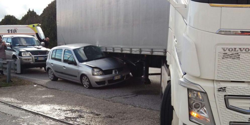 Incidente a Gemona: auto finisce sotto un camion