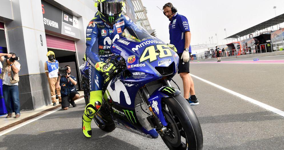 Valentino Rossi esce dai box con la Yamaha nelle prove libere in Qatar