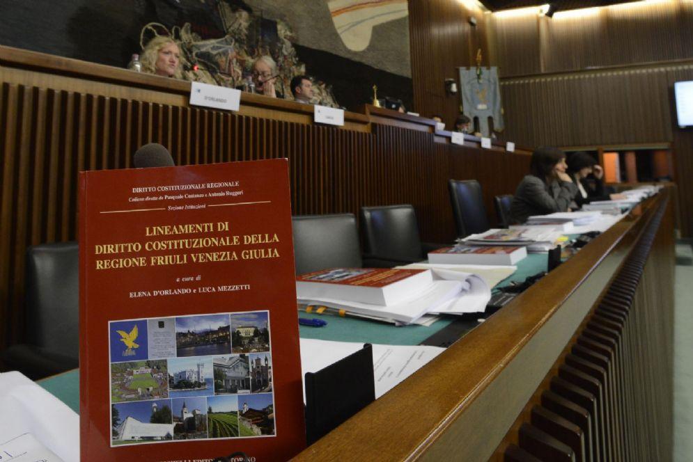 """Presentazione in Consiglio regionela del libro """"Lienamenti di Diritto costituzionale della regione Friuli Venezia Giulia"""