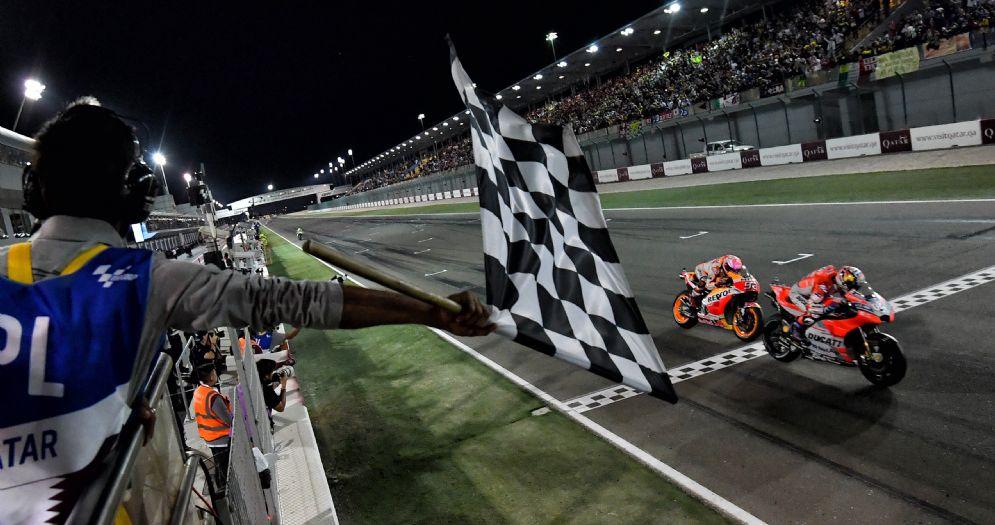 L'arrivo in volata del GP del Qatar con Andrea Dovizioso (Ducati) davanti a Marc Marquez (Honda)