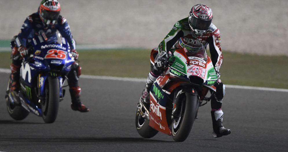 La Aprilia di Aleix Espargaro davanti alla Yamaha di Maverick Vinales nel GP del Qatar