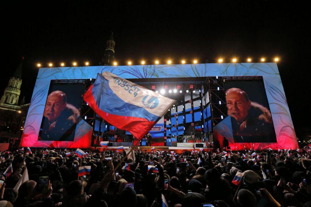 Vladimir Putin in piazza a Mosca dopo il trionfo elettorale