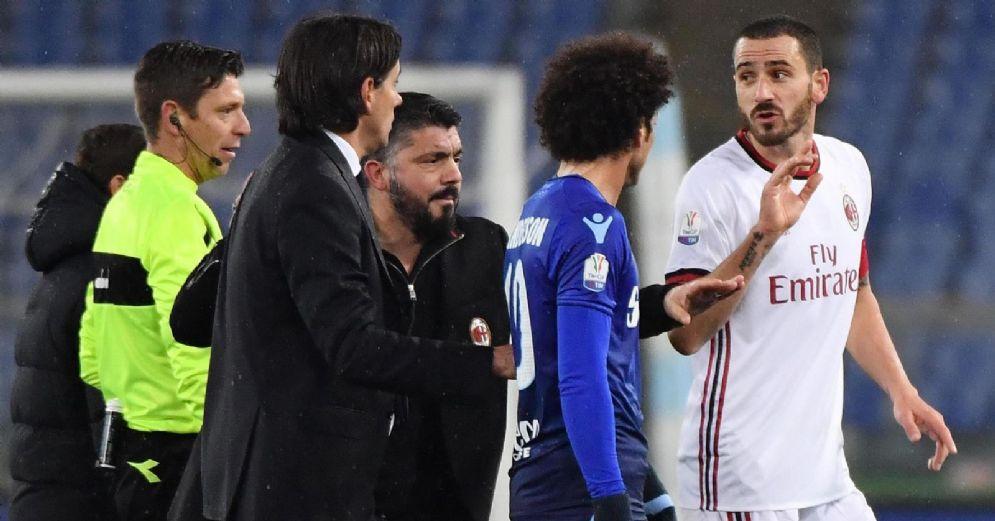 Simone Inzaghi discute con l'arbitro e Bonucci, Gattuso fa da paciere