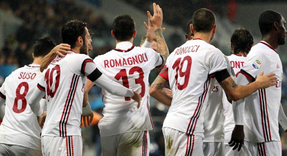 I rossoneri festeggiano Romagnoli dopo un gol