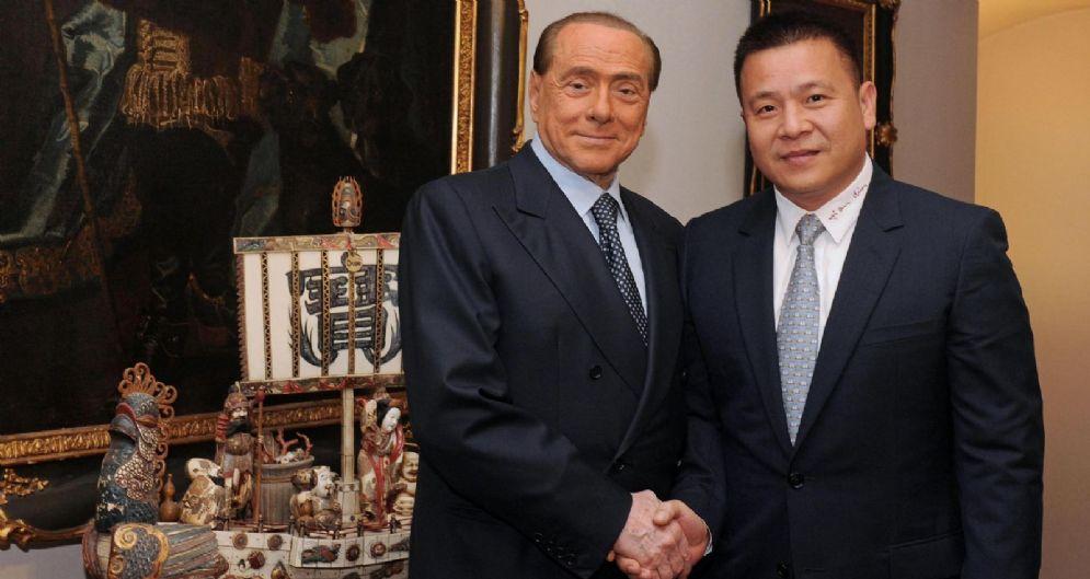 Yonghong Li con Berlusconi al momento dell'acquisto dell'Ac Milan
