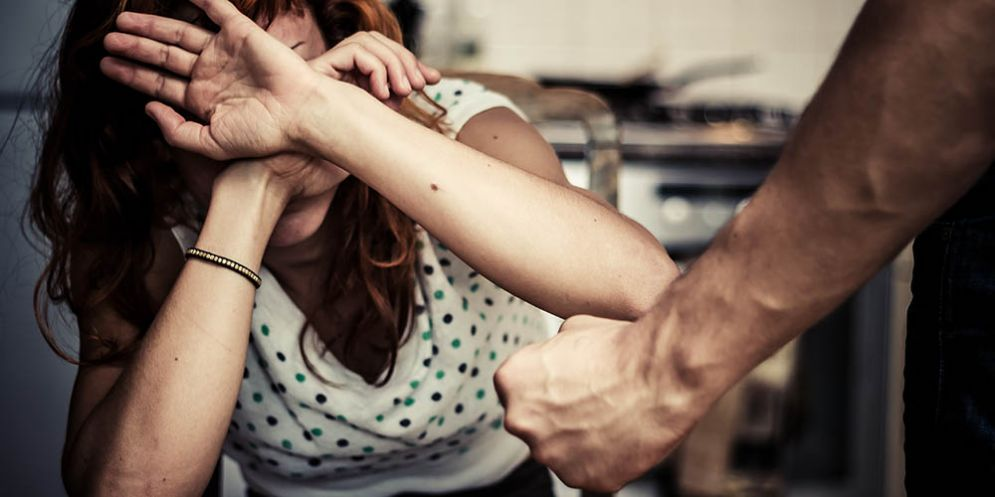 La picchia per l'ennesima volta davanti alla figlia di un anno: in manette