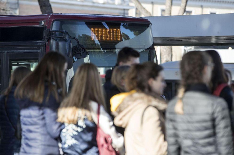 Gente in attesa a una fermata dell'autobus alla stazione Termini