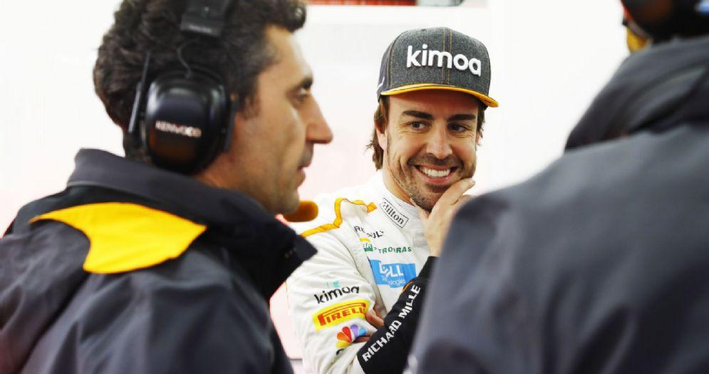 Fernando Alonso nel box della McLaren