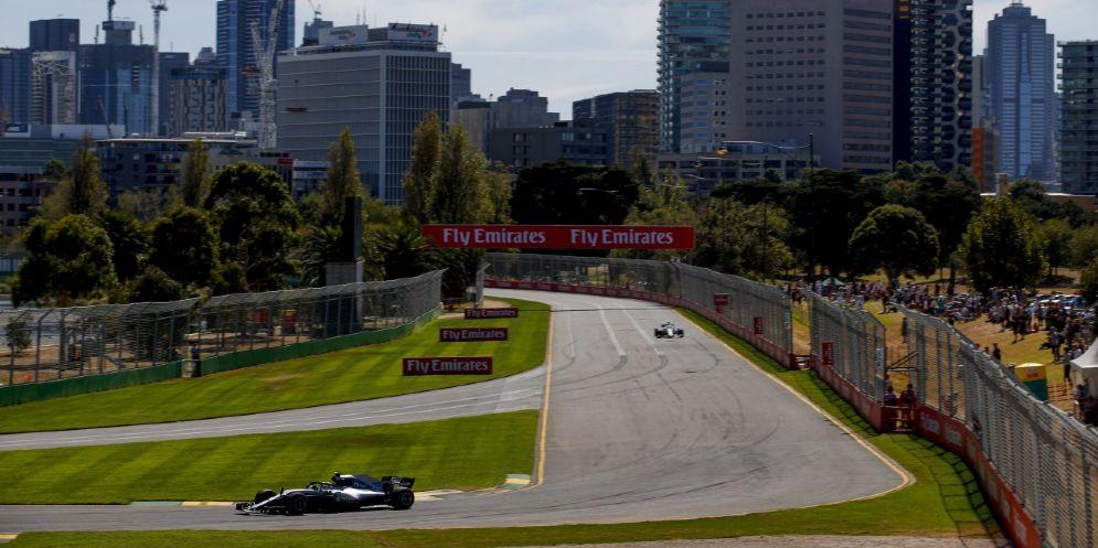 La Mercedes in pista durante le prime prove libere del Gran Premio d'Australia