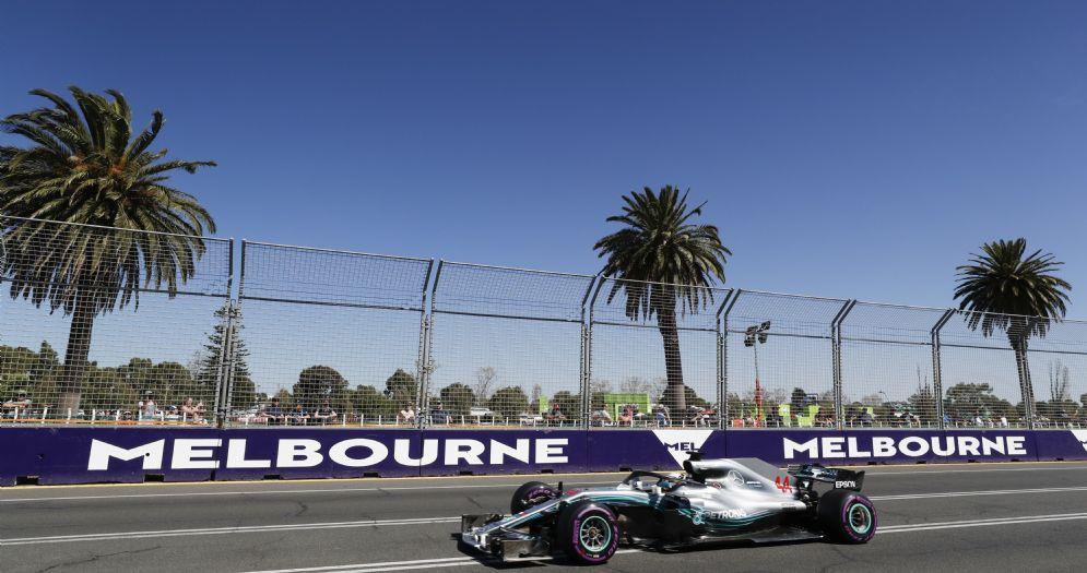Lewis Hamilton al volante della sua Mercedes durante le prove libere del GP d'Australia a Melbourne