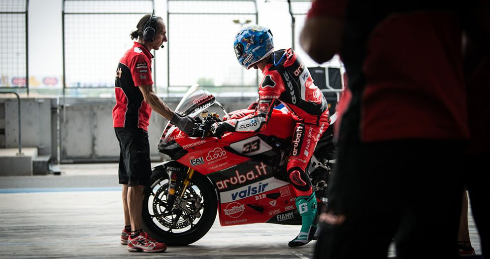 Marco Melandri rientra ai box in sella alla Ducati durante le prove libere della Superbike in Thailandia