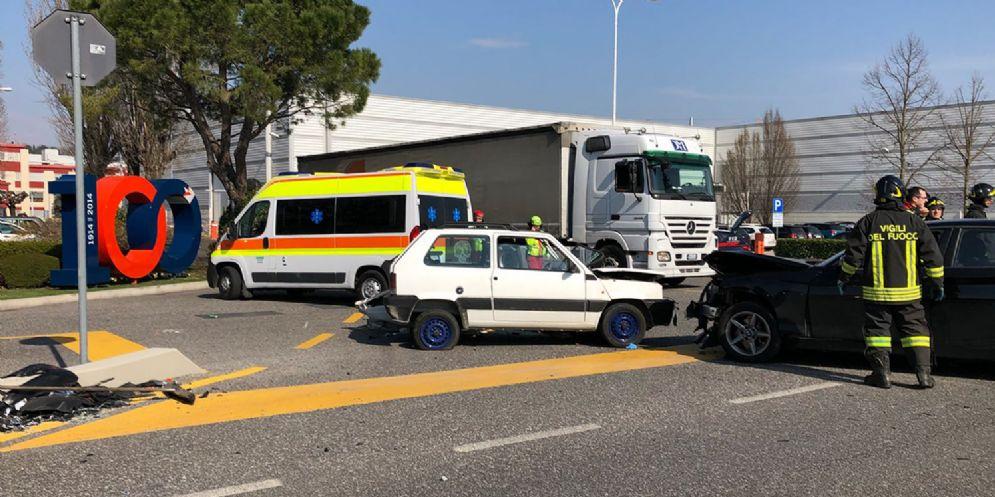 Scontro tra due auto sulla regionale 56: due persone ferite