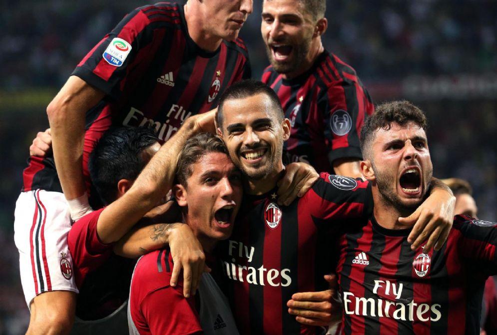 I rossoneri esultano dopo un gol: tra loro Locatelli, l'unico con la pettorina di chi è in panchina