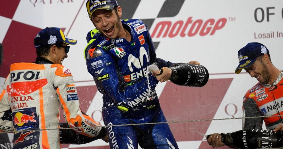 Valentino Rossi spruzza lo champagne sul podio del Gran Premio del Qatar