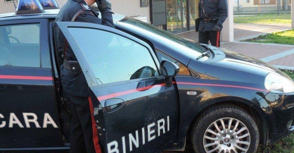I carabinieri fermano uno spacciatore e lo arrestano