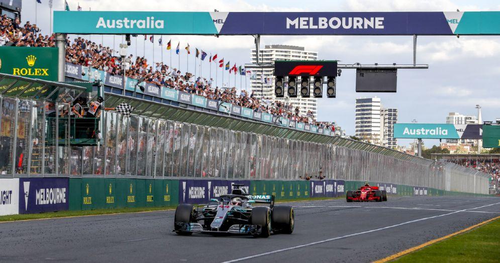 La Mercedes di Lewis Hamilton taglia il traguardo del GP d'Australia di Formula 1 al secondo posto, davanti alla Ferrari di Kimi Raikkonen