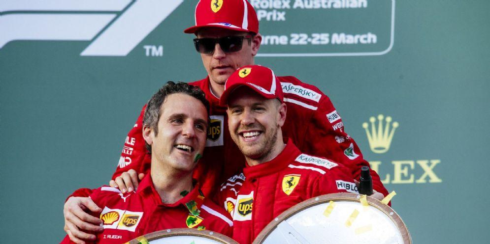 Sebastian Vettel festeggia la vittoria nel GP d'Australia di F1 sul podio con il suo compagno di squadra Kimi Raikkonen e lo stratega Ferrari Inaki Rueda