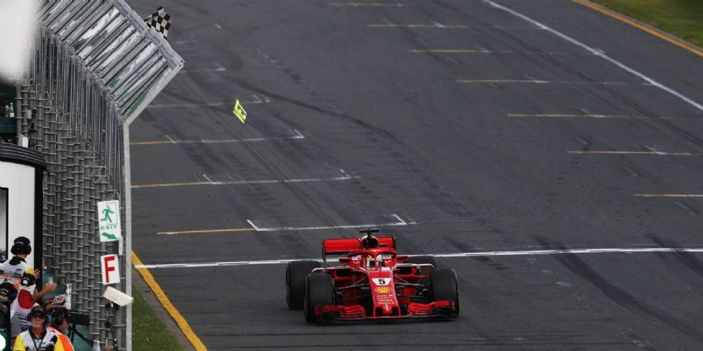 Sebastian Vettel al volante della sua Ferrari taglia per primo il traguardo del GP d'Australia di Formula 1