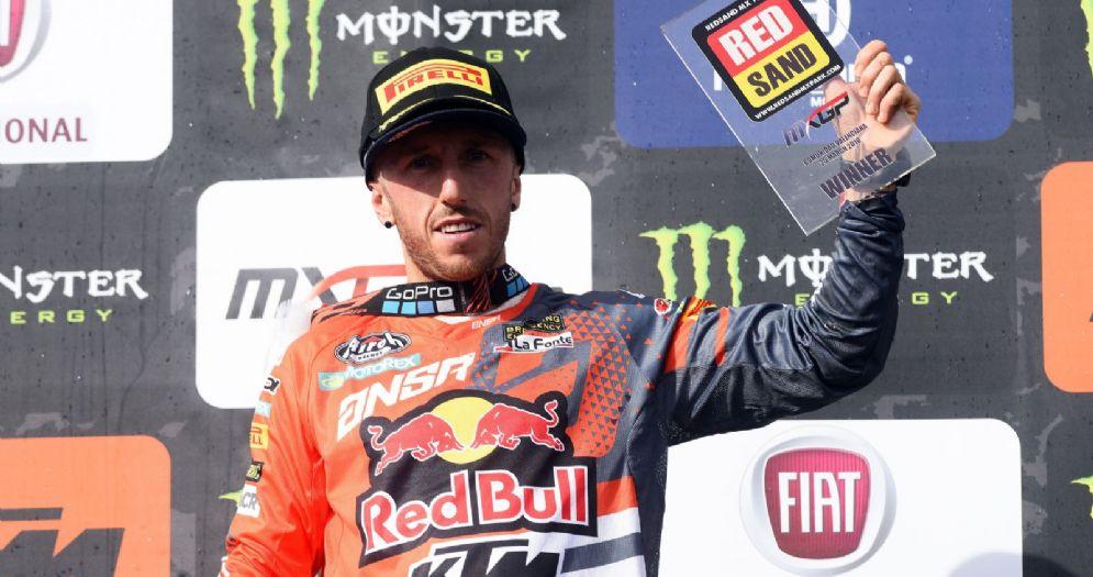 Tony Cairoli sul gradino più alto del podio del GP della Comunità Valenciana di motocross