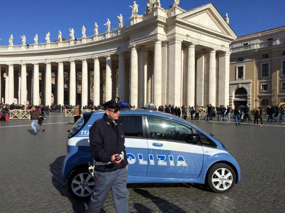 Una pattuglia della Polizia in piazza San Pietro: previste per Pasqua misure contro il terrorismo