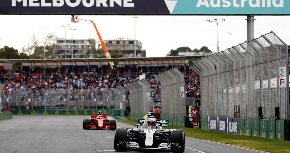 La Mercedes di Lewis Hamilton esulta davanti alla Ferrari di Sebastian Vettel dopo la pole position nel GP d'Australia