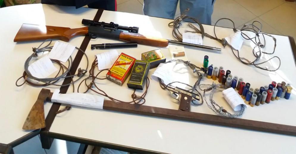 """Le armi e i """"lacci"""" sequestrati"""