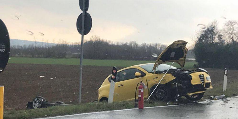 Gorizia, auto si cappotta dopo uno scontro: in tre finiscono all'ospedale
