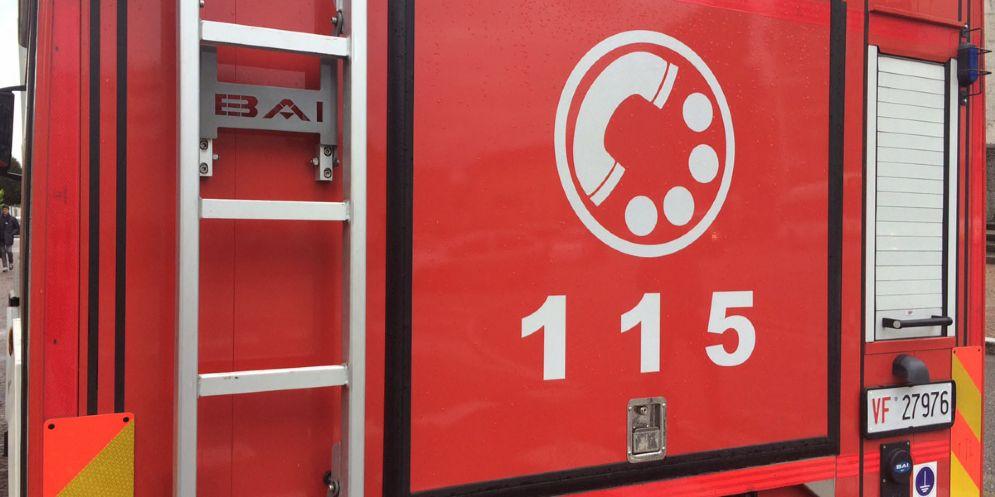 Frontale tra due auto a Venzone: due persone finiscono in ospedale