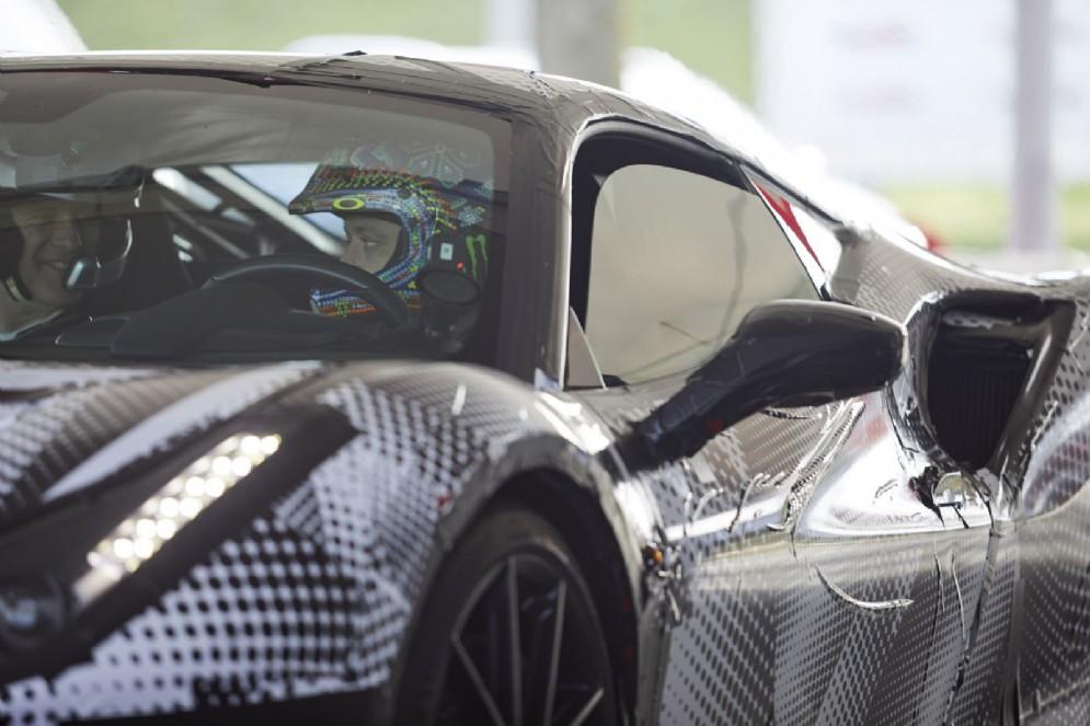 Valentino Rossi al volante della Ferrari 488 Pista a Fiorano