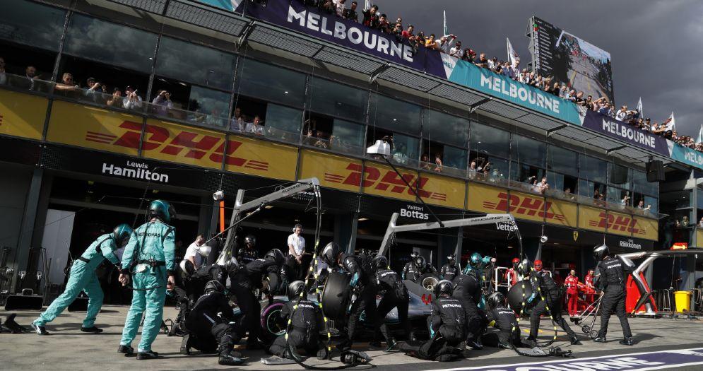 La Mercedes di Lewis Hamilton ferma ai box durante il Gran Premio d'Australia