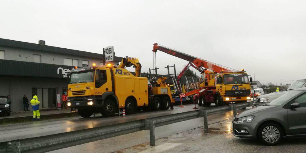 Camion carico di legna finisce fuori strada: Pontebbana in tilt
