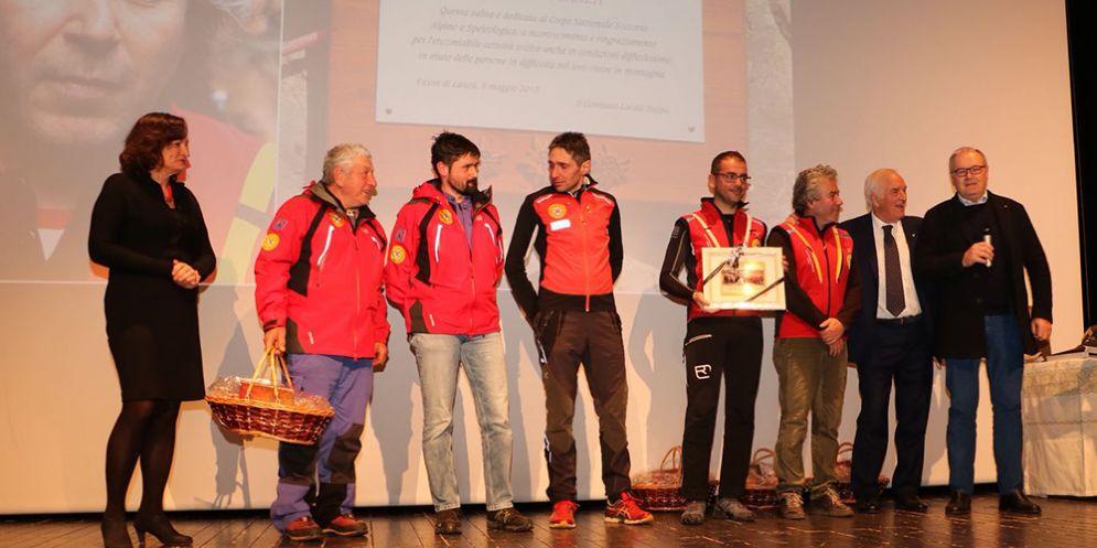 Tolmezzo, al Soccorso Alpino una targa per il supporto prestato al Giro d'Italia