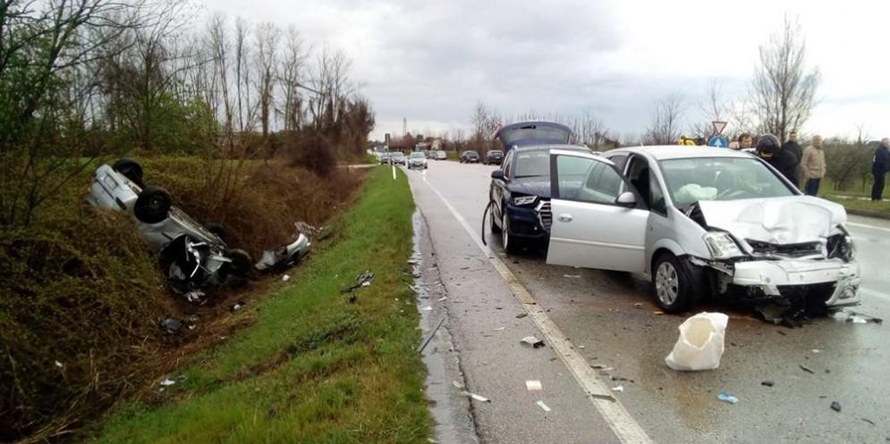 Cargnacco, scontro tra tre auto: due tamponano e una si cappotta nel fosso