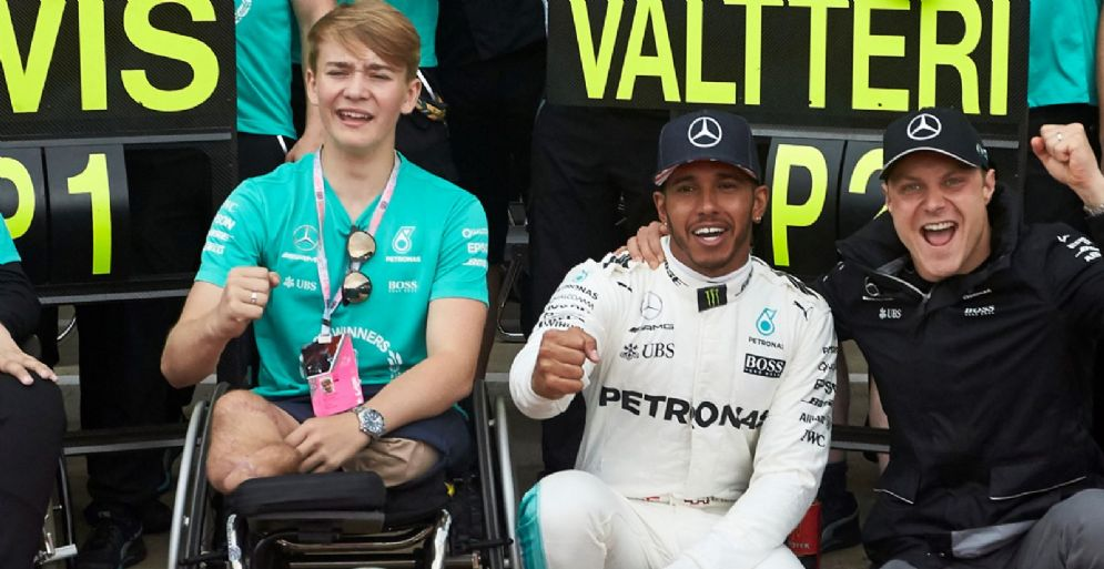 Billy Monger con i due piloti della Mercedes, Lewis Hamilton e Valtteri Bottas, al GP di Gran Bretagna di F1