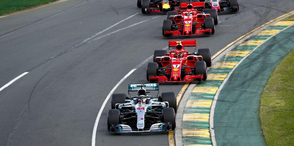 Le Ferrari di Kimi Raikkonen e Sebastian Vettel all'inseguimento della Mercedes di Lewis Hamilton