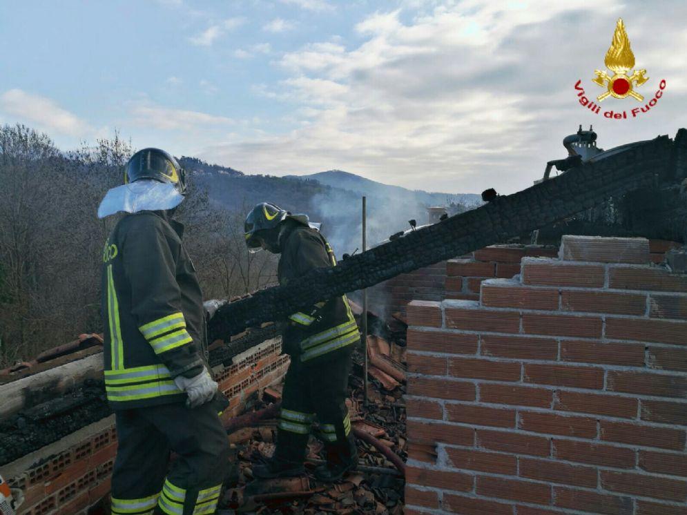 Vigili del fuoco in azione, in paese