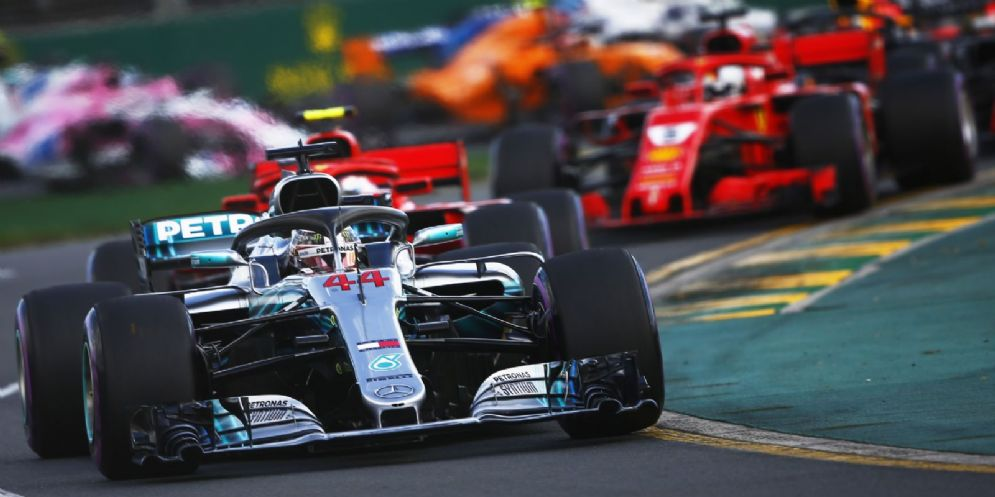 La Mercedes di Lewis Hamilton davanti alle Ferrari di Kimi Raikkonen e Sebastian Vettel alla partenza del GP d'Australia di Formula 1