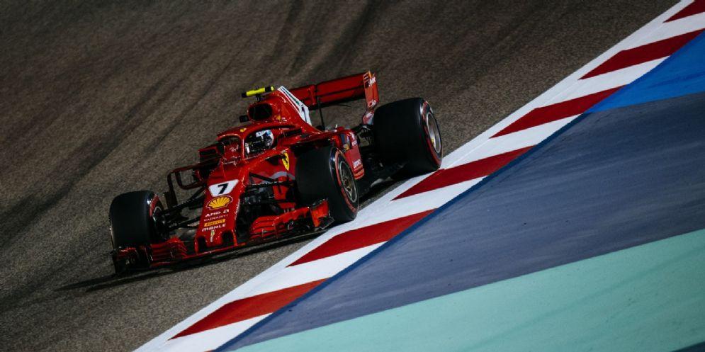 La Ferrari di Kimi Raikkonen in azione durante le prove libere del Gran Premio del Bahrein di F1