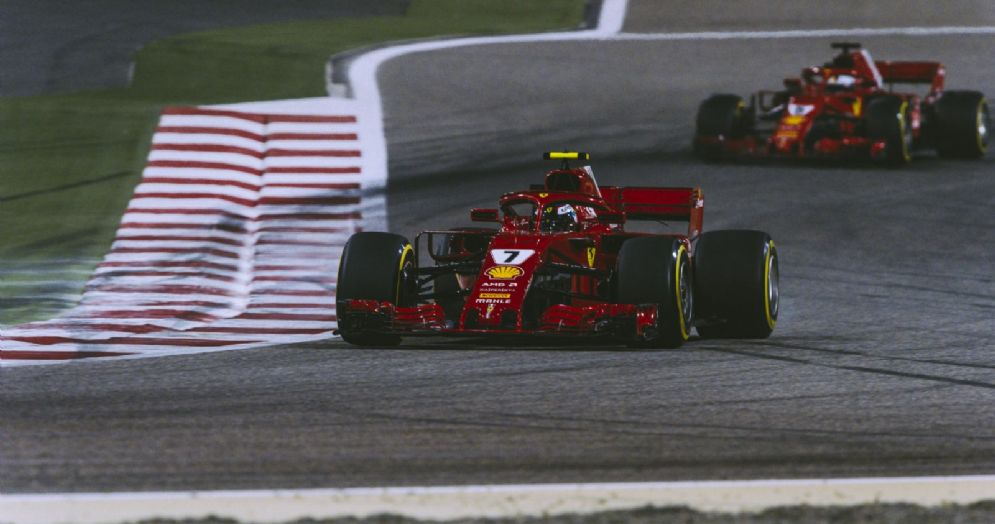 Le Ferrari di Kimi Raikkonen e Sebastian Vettel in pista in Bahrein durante le prove libere