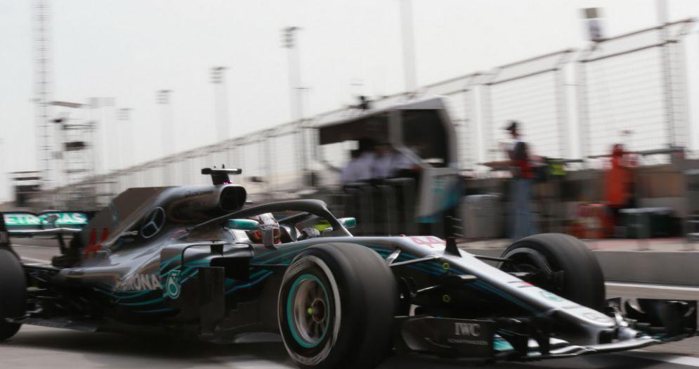 La Mercedes di Lewis Hamilton esce dai box durante le prove libere del GP del Bahrein di F1