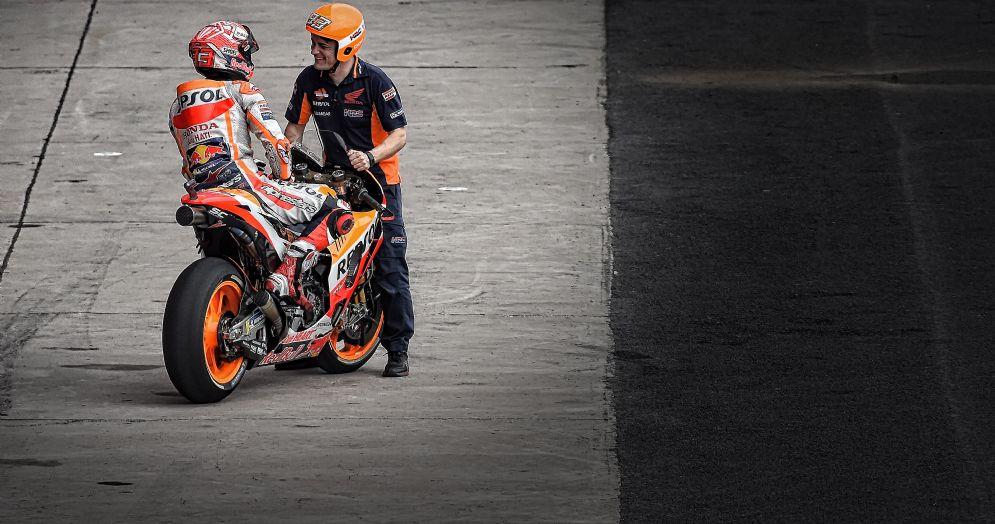 La Honda di Marc Marquez nella corsia dei box della pista di Termas de Rio Hondo