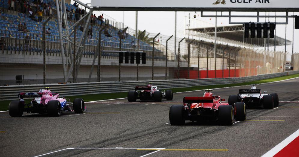 Le monoposto di Formula 1 schierate sulla griglia per le prove di partenza del GP del Bahrein