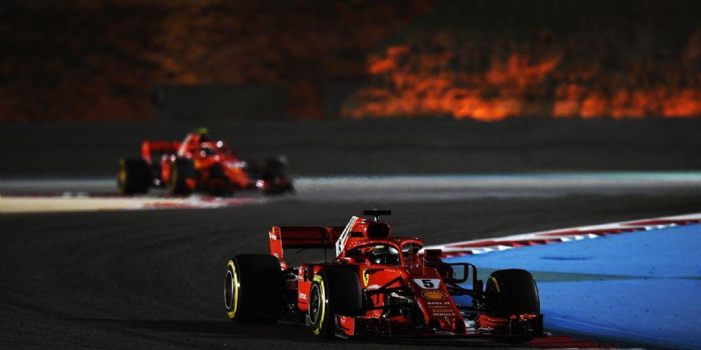 Le due Ferrari di Sebastian Vettel e Kimi Raikkonen in pista in Bahrein