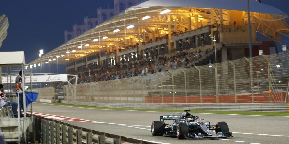 Lewis Hamilton, su Mercedes, taglia il traguardo delle qualifiche del GP del Bahrein di F1