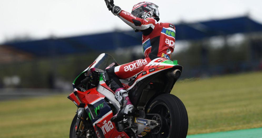 Aleix Espargaro a braccia alzate sulla sua Aprilia al termine delle qualifiche del GP d'Argentina di MotoGP